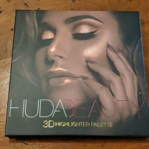 Huda Beauty 3D highlighter pallette